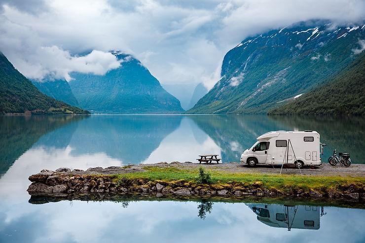 camping car au bord du lac